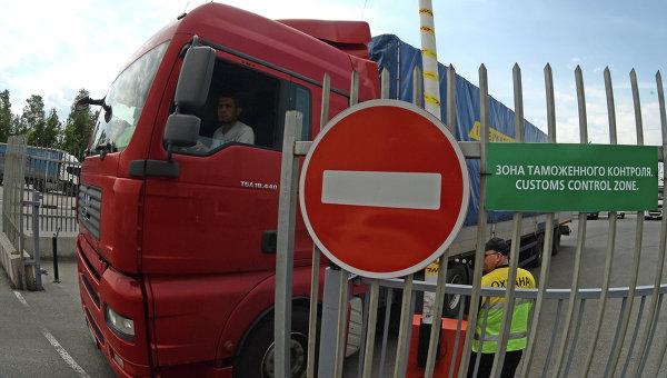 Большегрузный автомобиль в зоне таможенного контроля. Архивное фото