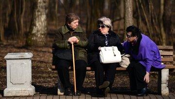 Пожилые женщины отдыхают на скамейке в парке Кузьминки-Люблино