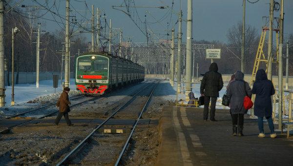 Переход через железнодорожные пути. Архивное фото