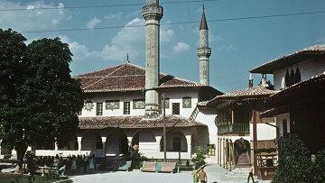 Ханский дворец в Бахчисарае, XVI век (бывшая резиденция крымских ханов). Единственный в мире образец крымскотатарской дворцовой архитектуры. Бахчисарайский историко-археологический музей, архивное фото