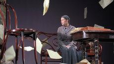 Юлия Высоцкая в сцене из спектакля режиссера Андрея Кончаловского Дядя Ваня. Архивное фото