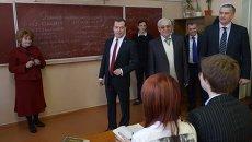 Дмитрий Медведев во время посещения в Симферополе гимназии имени К. Д. Ушинского