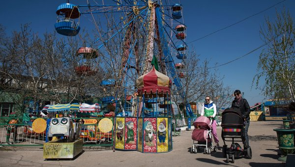 Жители города Севастополя у колеса обозрения. Архивное фото