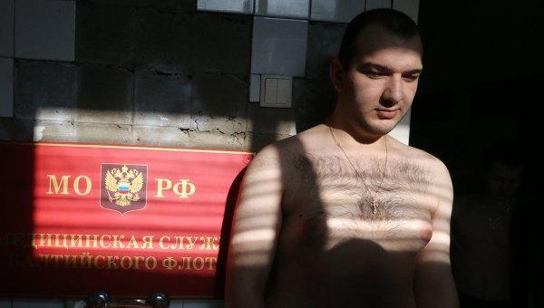 Молодой человек проходит медицинскую комиссию на призывном пункте. Архивное фото