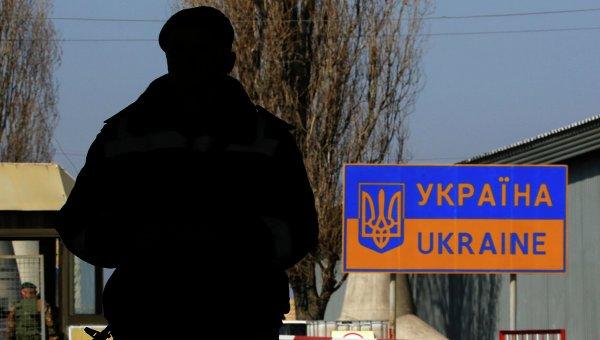 Украинский пограничник на российско-украинской границе в районе села Успенка. Архивное фото