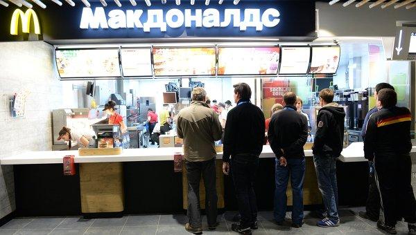 Посетители в ресторане Макдоналдс. Архивное фото