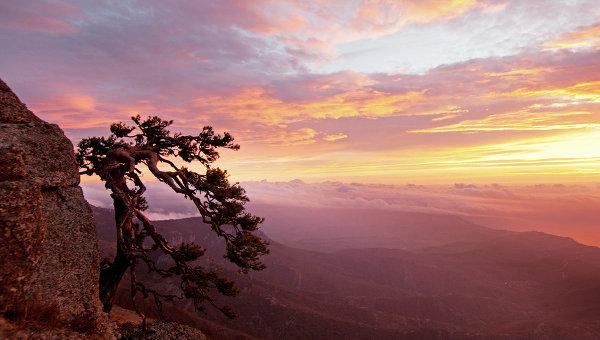 Восход солнца на горе Южная Демерджи в Крыму. Архивное фото