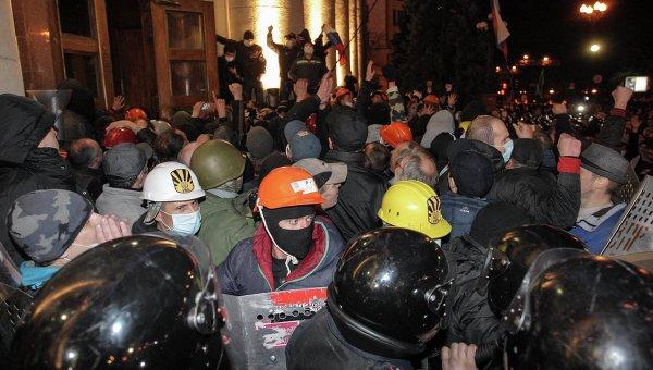 Сторонники федерализации во время штурма здания Харьковской областной госадминистрации. Архивное фото