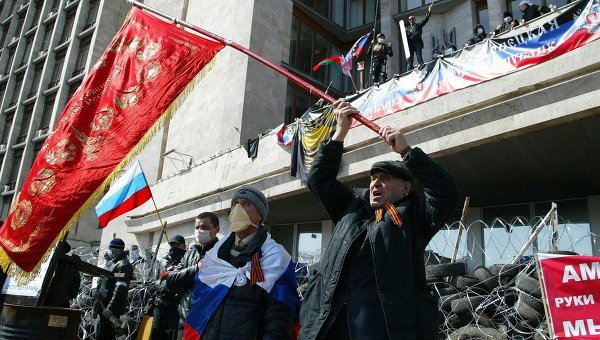 Митингующие у здания областной администрации в Донецке