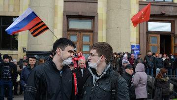 Пророссийские активисты у здания Областной администрации Харькова