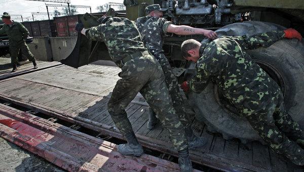 Украинские военные вывозят технику из Крыма. Архивное фото