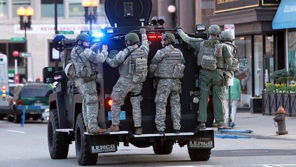 Полицейские на месте терактов во время Бостонского марафона