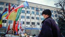 Сторонники федерализации Украины у здания СБУ в Луганске