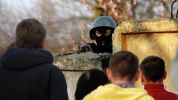 Украинский военный возле авиабазы в Краматорске на востоке Украины. 15 апреля 2014