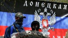 Сторонники федерализации Украины на фоне флага Донецкой республики