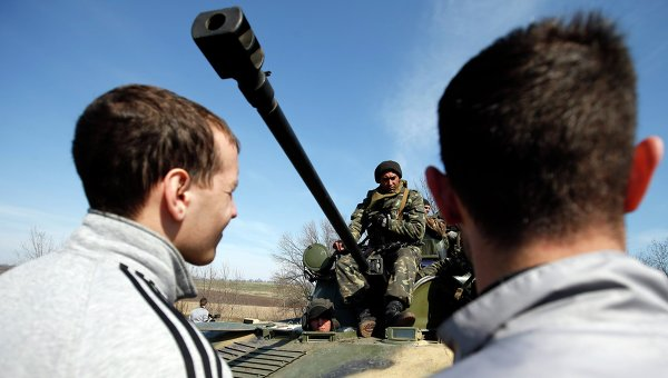 Протестующие у боевой техники украинской армии возле Краматорска. 16 апреля 2014