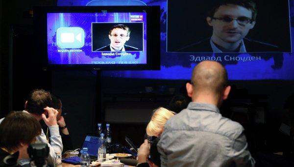 Журналисты слушают вопрос Эдварда Сноудена во время Прямой линии Владимира Путина