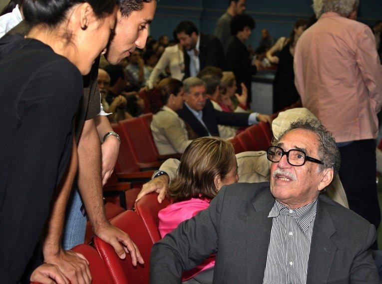Колумбийский писатель Габриэль Гарсиа Маркес разговаривает с поклонниками