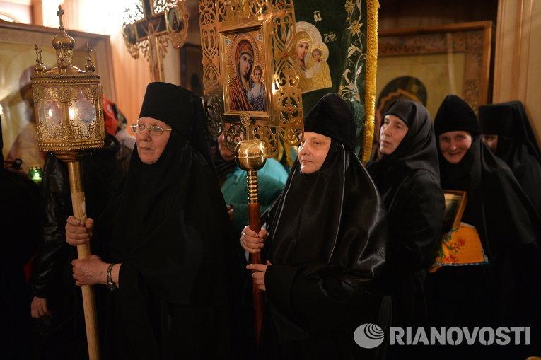 Монахини перед началом крестного хода во время праздничного пасхального богослужения в Иоанно-Кронштадтском женском монастыре