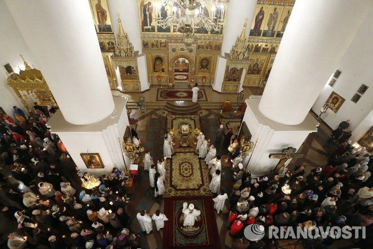 Верующие во время пасхального богослужения в Успенском соборе Ярославля
