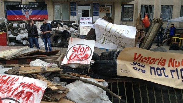 Баррикады у здания городского совета в Краматорске