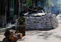 Народное ополчение перед зданием СБУ в Славянске