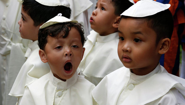 Дети перед началом парада, посвященного канонизации Иоанна Павла II и Иоанна XXIII, в Кесон-Сити на Филиппинах