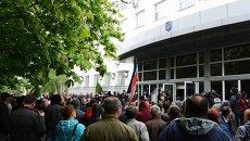 Сторонники самопровозглашенной Донецкой народной республики (ДНР) взяли под контроль здание службы безопасности Украины (СБУ) в Донецке