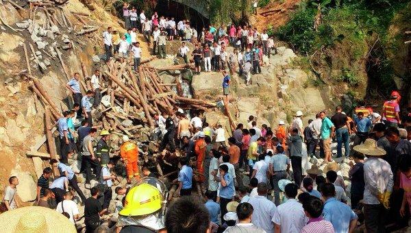 Последствия обрушения строящегося моста в Китае