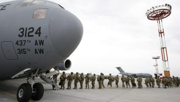 Американские военнослужащие у транспортного самолета. Архивное фото