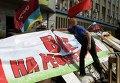 """Плакат """"Все на референдум"""" возле здания СБУ в Луганске"""