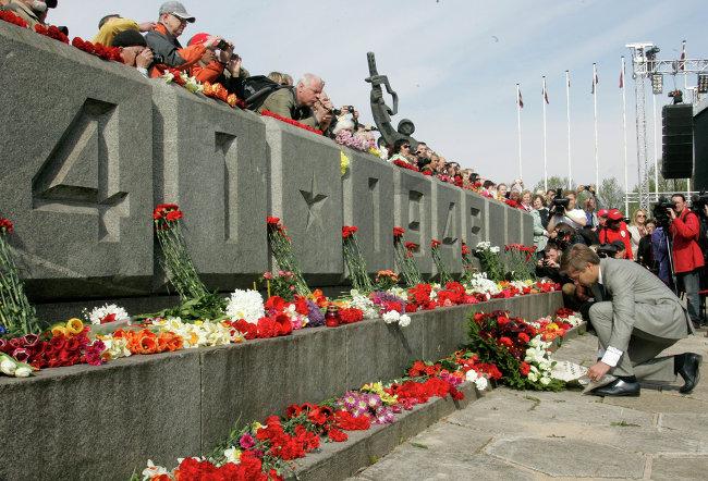 Изготовление фото для памятников к дню победы цены на памятники спб к Северск