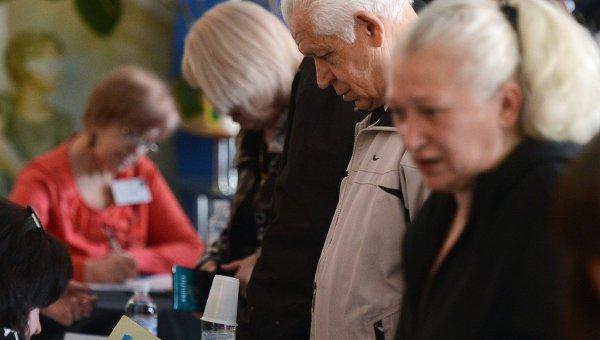 Избиратели получают бюллетени для голосования на референдуме о статусе самопровозглашенной Донецкой народной республики