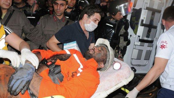Пострадавшего шахтера выносят из обрушившейся шахты в Турции