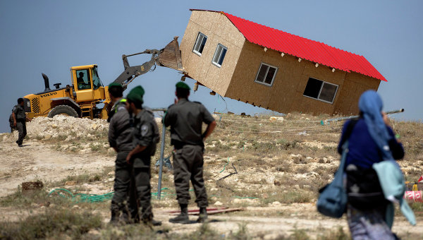 Израильские пограничники следят за сносом дома в Маале-Рехавам. Архивное фото