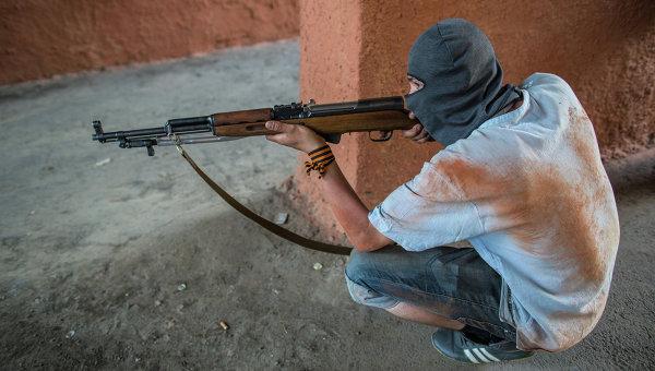 Боец народного ополчения Донбасса во дворе одного из домов на окраине города Краматорска