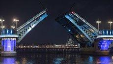 Разведенный Благовещенский мост в Санкт-Петербурге. Архивное фото