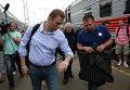 Алексей Навальный и Николай Ляскин на вокзале в Кирове