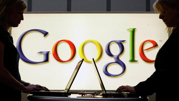 Девушки с ноутбуками на фоне логотипа Google, архивное фото