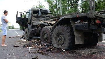 Обстрелянный грузовик, перевозивший раненых из аэропорта Донецка