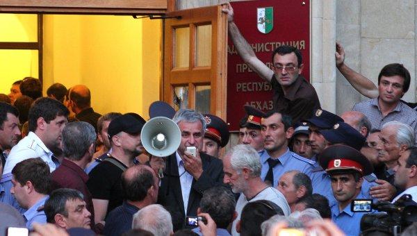 Оппозиционеры штурмуют здание администрации президента Абхазии Александра Анкваба в Сухуми