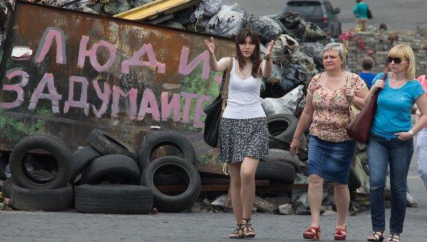 Люди идут вдоль баррикад на площади Независимости в Киеве, Архивное фото