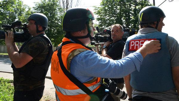 Журналисты недалеко от места вооруженного столкновения в Донецке. Архивное фото