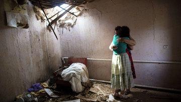 Женщины в доме, разрушенном в результате артобстрела со стороны украинских военных на окраине Славянска. Архивное фото