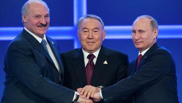 Президенты Белоруссии, Казахстана и России Александр Лукашенко, Нурсултан Назарбаев и Владимир Путин во время заседания ЕАЭС. Архивное фото