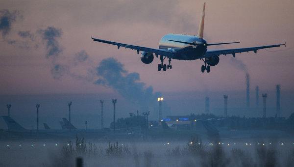 Самолет во время захода на посадку. Архивное фото