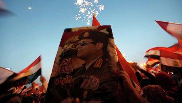 Портрет маршала Абдель Фаттах ас-Сиси в руках сторонников на площади Тахрир