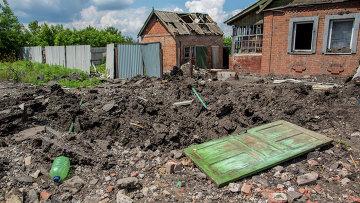 Воронка от попадания авиабомбы в поселке Семеновка.
