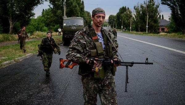 Бойцы ополчения Луганской народной республики в Луганске. Архивное фото