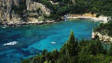 Вид на побережье Адриатического моря в деревне Палеокастрица на греческом острове Корфу. Архивное фото